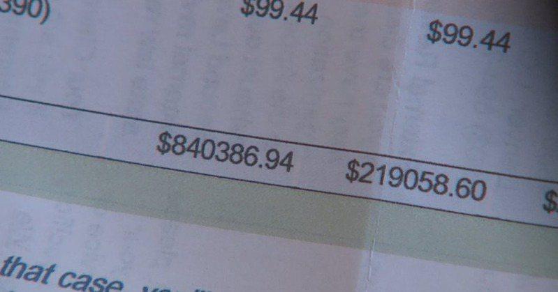 男子收到治療新冠肺炎的醫療費用。圖擷自推特。