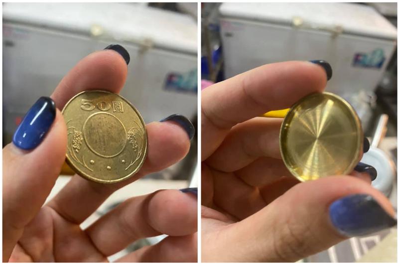 原Po雞排店收到的「假幣」,一面就如同真的50元硬幣般,另一面卻是凹陷的純色面。圖/Facebook