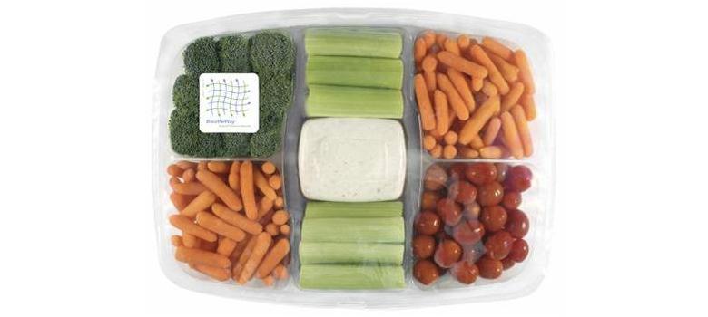 美國超市中的蔬果沙拉盒上的薄膜採用能延長保鮮的MA包裝。(圖片來源:Produc...
