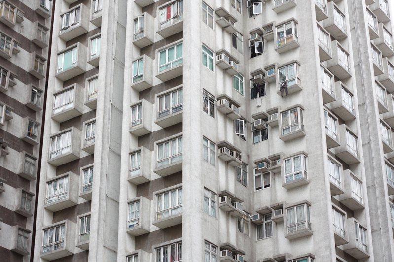 男網友發憤圖強,存了8年的錢,買了一間10坪的房子,不過女友的爸爸,嫌他的房子太小,表示至少要15坪才能住人。示意圖/ingimage