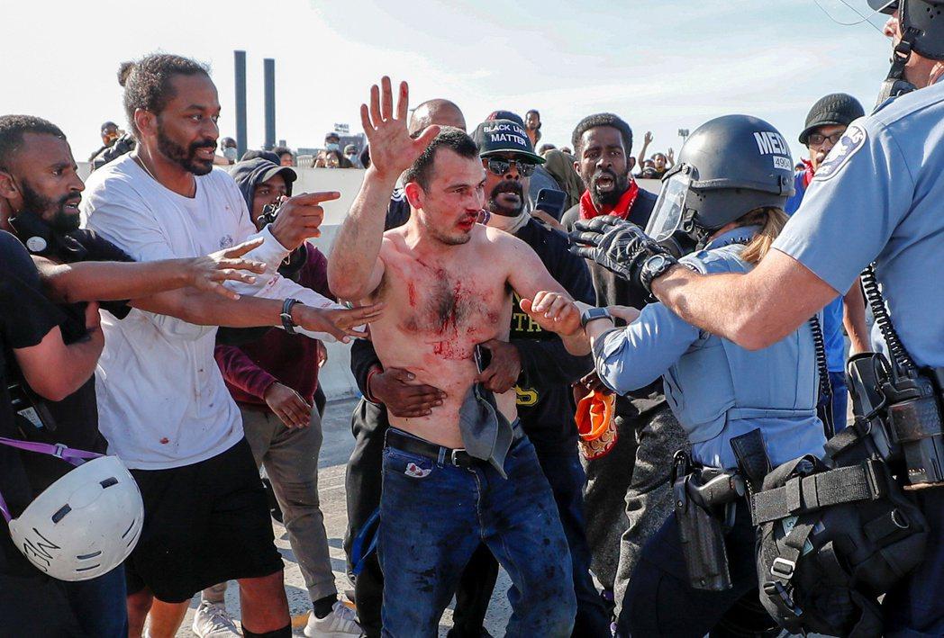 該名駕駛隨後被趕來的公路警察戒護帶走,並以刑事嫌犯逮捕移送。不過由於當事人被憤怒...