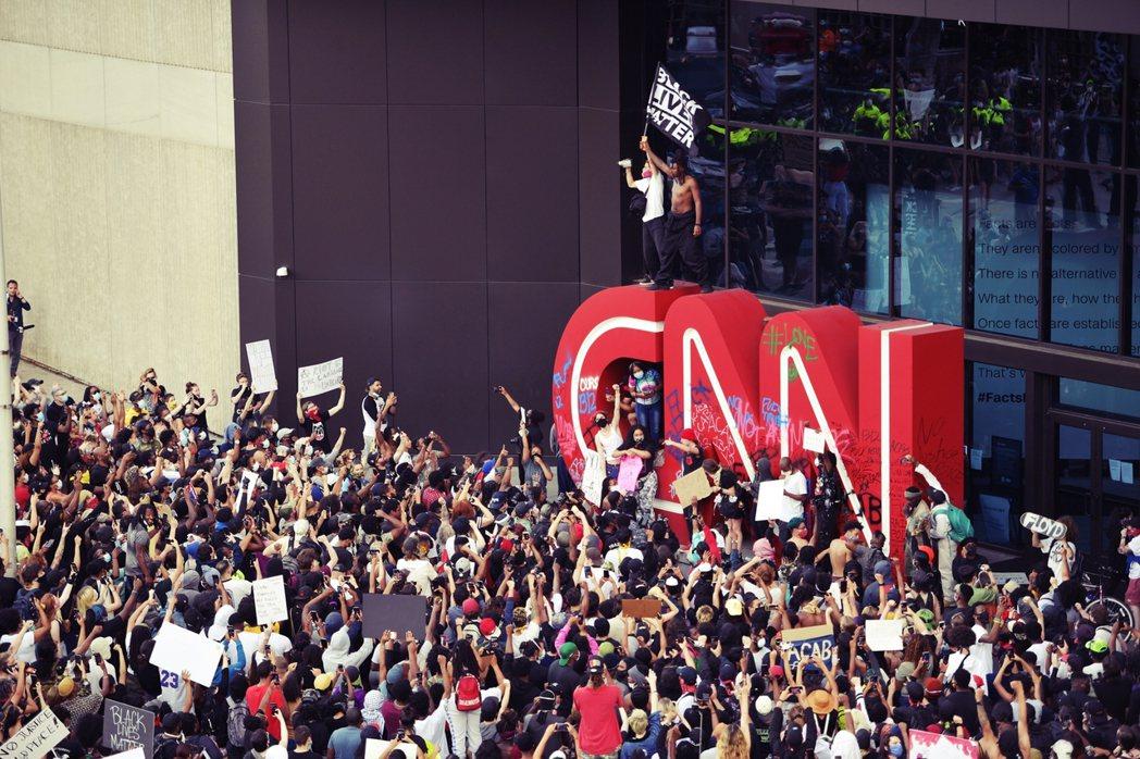 位於喬治亞州亞特蘭大的《CNN》新聞中心,也遭到響應抗爭的示威者包圍,砸破玻璃窗...