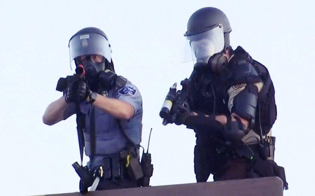 警方瞄準《路透社》攝影記者。 圖/路透社