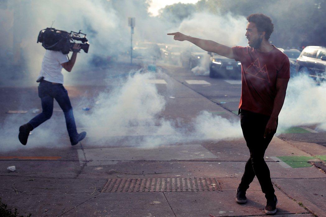 然而隨著暴動的失控,夾在警察和示威者之中的新聞人們,到底該如何面對與日俱增的暴力...