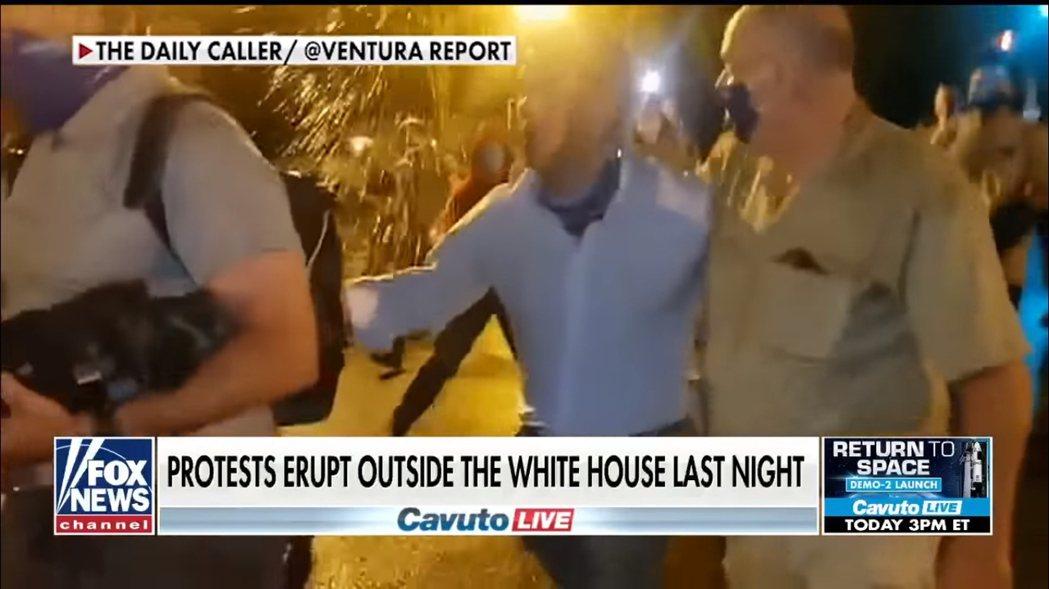 《Fox News》的記者維特(Leland Vittert),採訪途中被人發現...