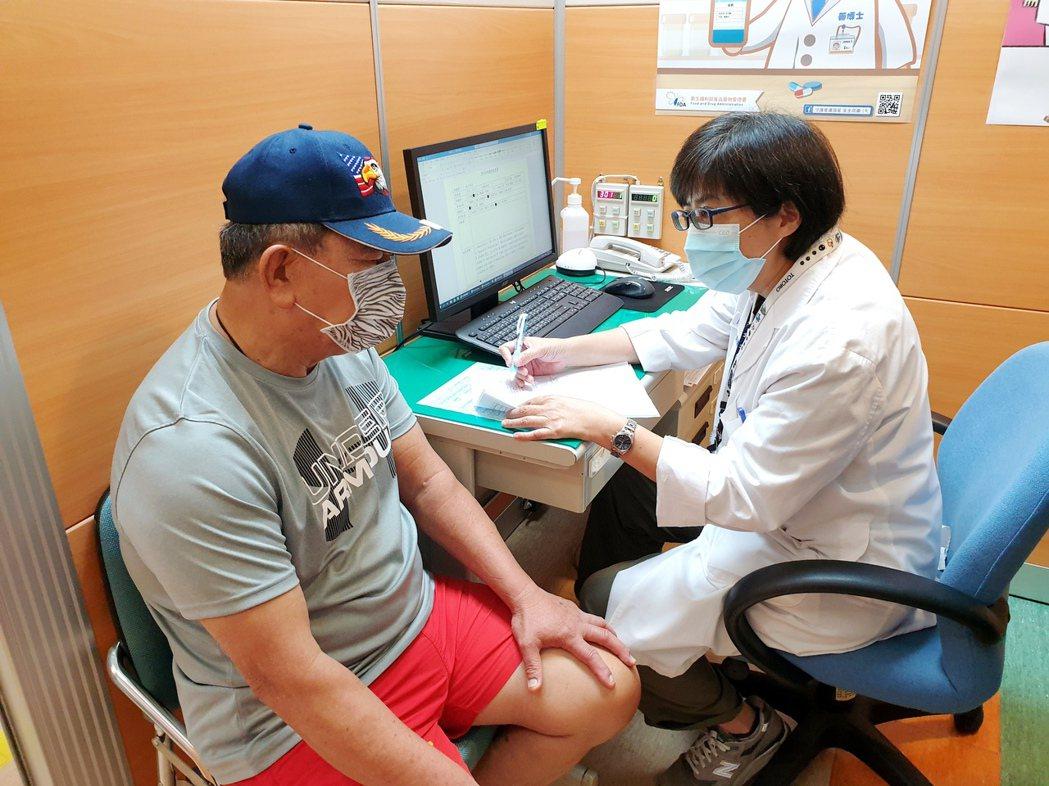 成大醫院透過老年醫學專科醫師的專業與跨領域的高齡專業團隊合作,以一站式服務提供周...