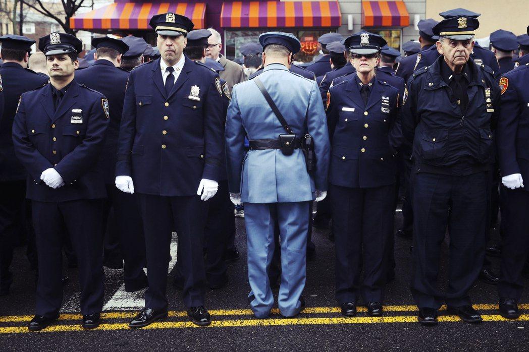 圖為警官拉莫斯與劉文健的告別式,送行的大批警隊集體背對致詞的白思豪,以表達對「市...