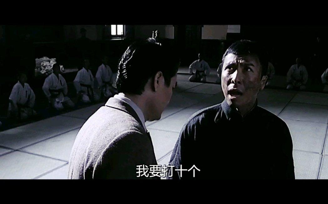 甄子丹所飾演的葉問,說「我要打十個」痛擊日本人——被揍的日本人就像抗日神劇裡的日...