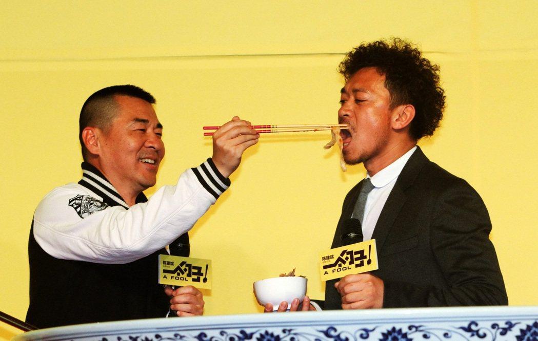 王學兵(右)2015年3月因為涉毒被捕,導致同年準備上映的《一個勺子》刪剪片段、...