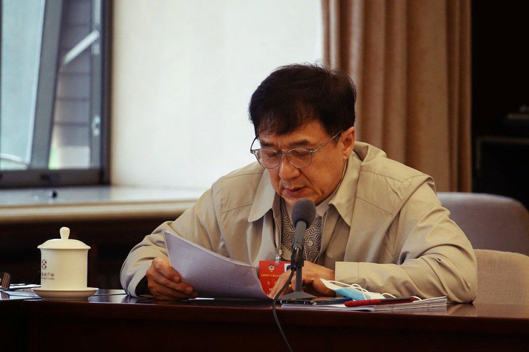 圖為全國政協委員成龍,2020年5月24日的會議討論。中國人大不顧香港民眾反彈,...