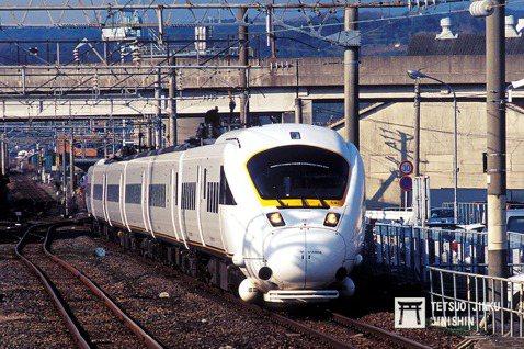 行駛於博多至長崎間的在來線長崎本線特急海鷗號(かもめ),由於長崎本線路線彎道相當...