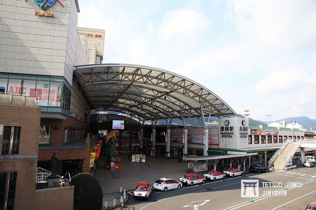 長崎舊站在1988年完工,由於長崎新幹線的工程,這座車站在2020年3月由地面站...