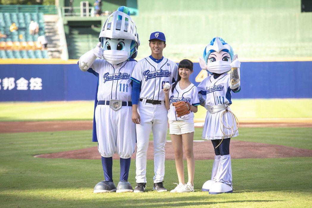 吳以涵(右二)受邀擔任開球嘉賓。圖/東森提供