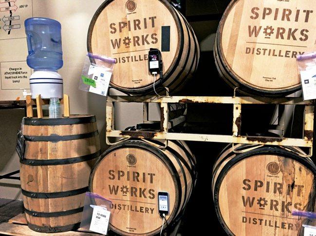 加州的「精神之作酒廠」中,正在實驗音樂聲波是否影響熟成效果。圖/寫樂文化提供