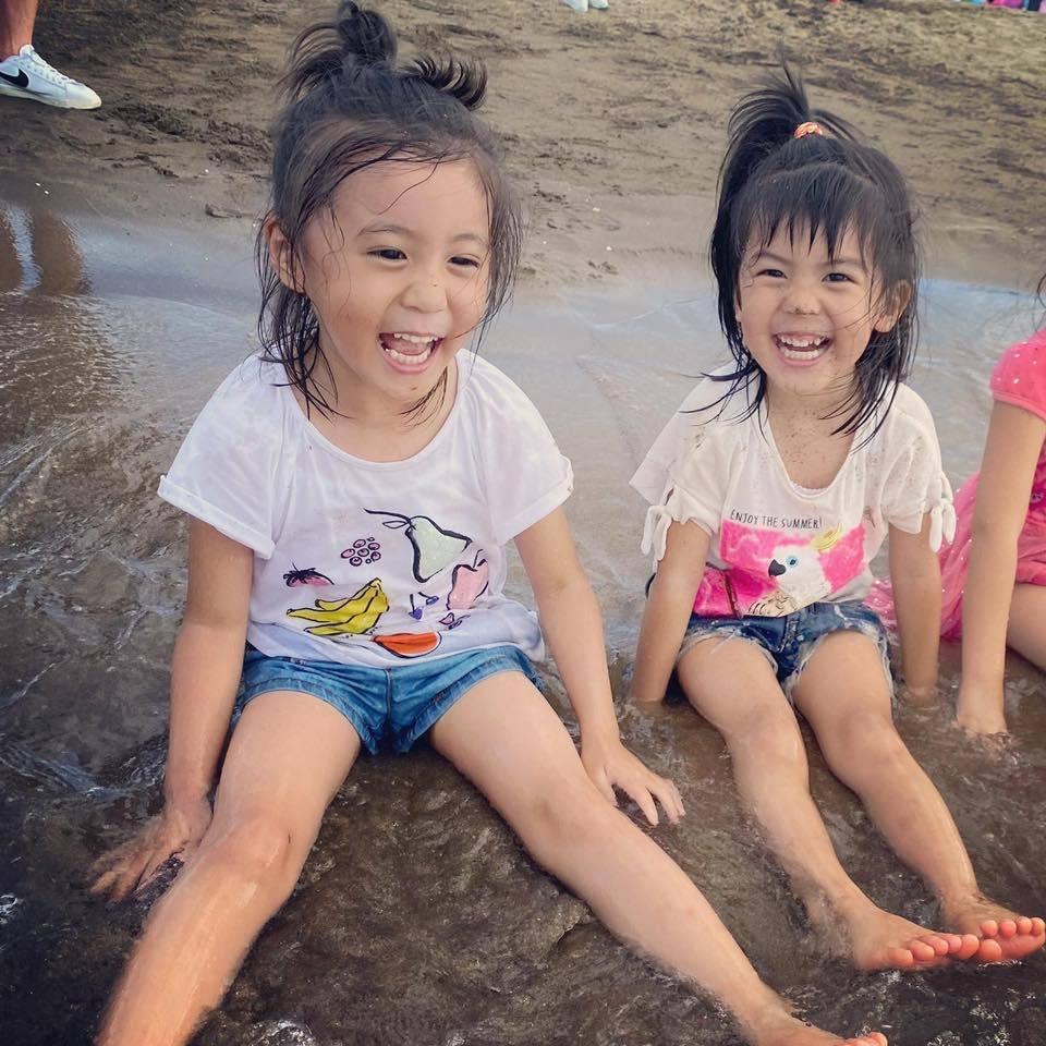 咘咘(左)、波妞在海邊玩得不亦樂乎。圖/摘自臉書