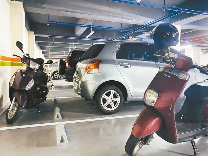 若社區區分所有權人會議通過規約,停車位就可同時停放汽、機車。記者陳俊智/攝影