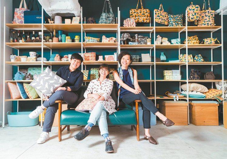 印花樂由邱瓊玉(左起)、蔡玟卉、沈奕妤共同創立。 攝影/陳立凱