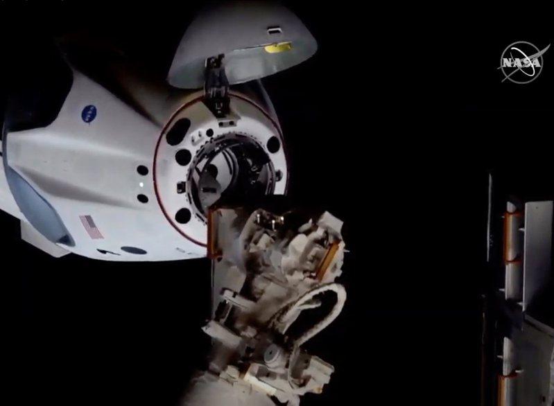「飛龍號」(Dragon)太空船自動向國際太空站(ISS)靠近並接合。新華社