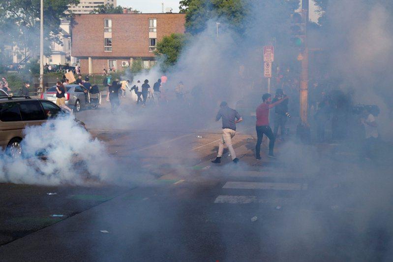 美國明尼蘇達州明尼亞波利市警察對抗議群眾發射催淚瓦斯。  路透
