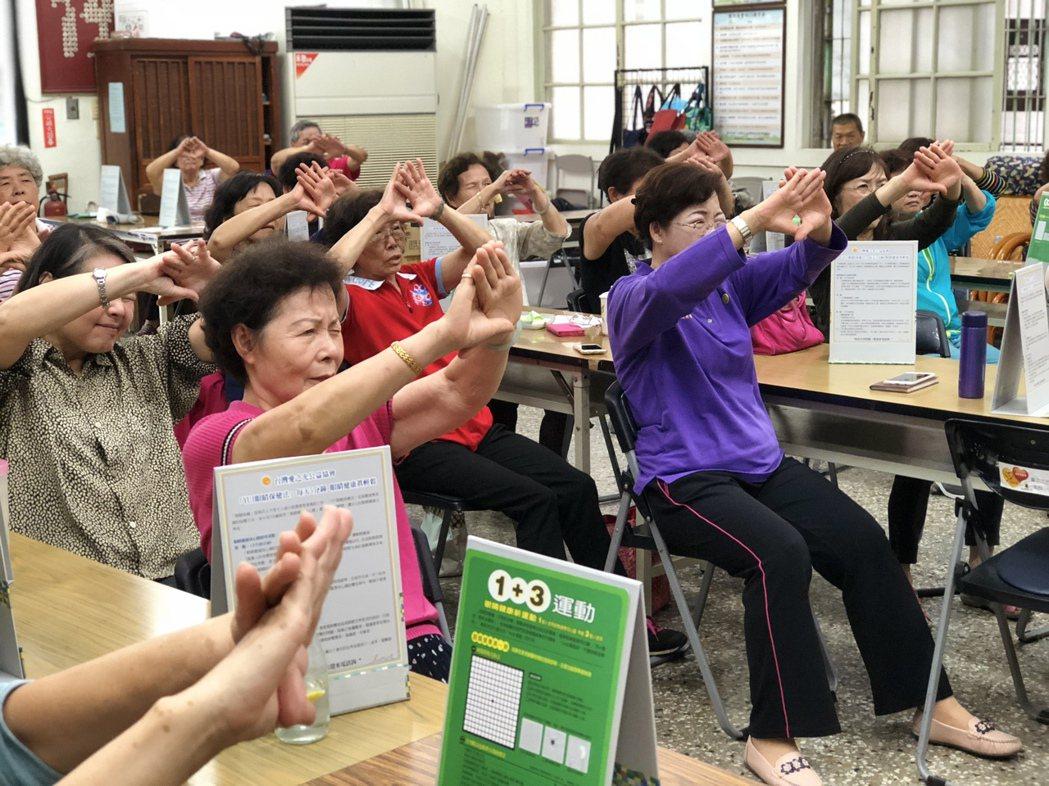 台中市社會局與民間「愛之光公益協會」合作試辦「移動式視力關懷據點」,志工和社工發...
