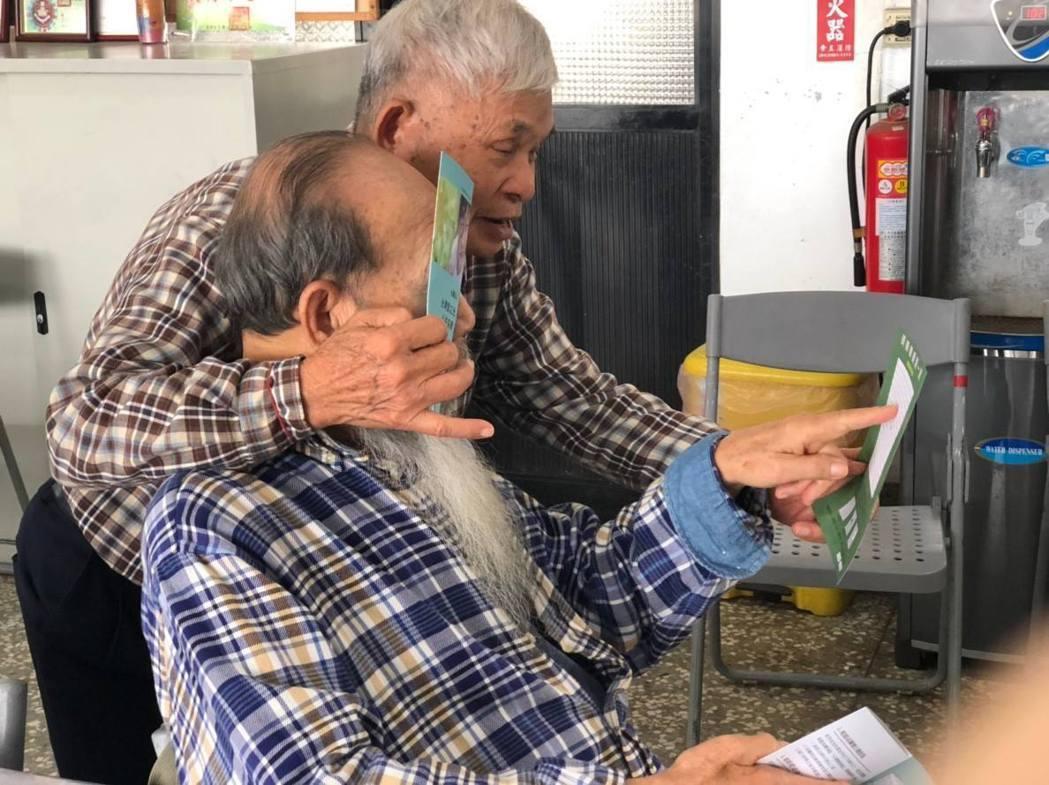 台中市社會局與民間「愛之光公益協會」合作試辦「移動式視力關懷據點」,長輩學會護眼...