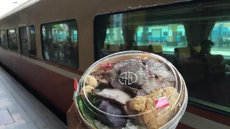 台鐵局今起維持社交距離,可在列車上飲食。 本報資料照片