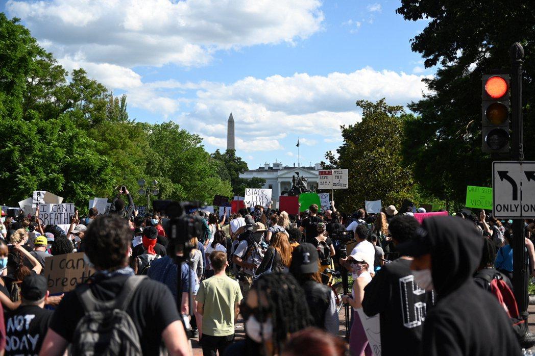 美國非裔男子佛洛德之死引發暴動。圖為民眾聚集在白宮外面抗議。路透