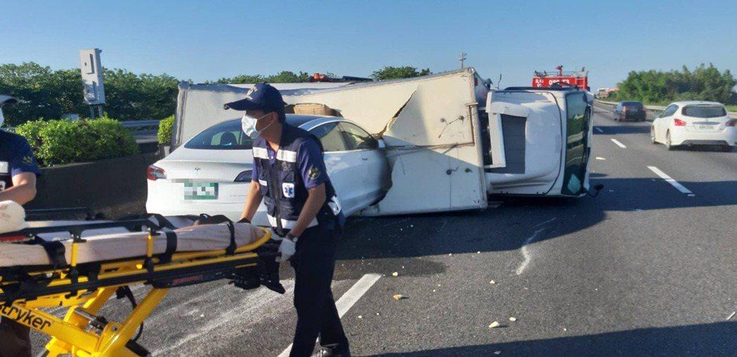 國道1號水上段南下268.4公里今天上午6時許發生一輛大貨車與特斯拉擦撞車禍。記...