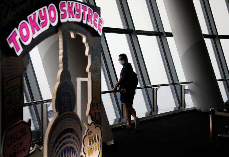 日本東京晴空塔1日重新開放,不過在防疫的考量下,原本可容納2000人的展望台,只開放兩成至三成的人入場。路透