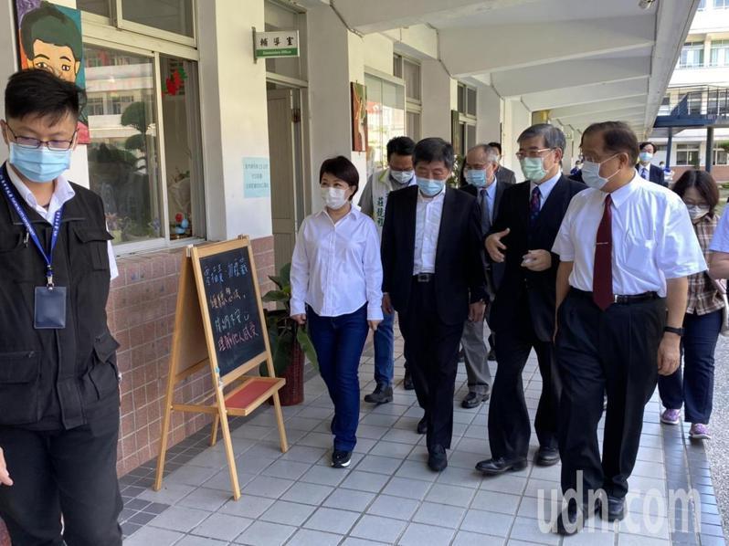 衛福部長陳時中今天到台中弘文中學,參加義賣活動。圖/弘文中學提供