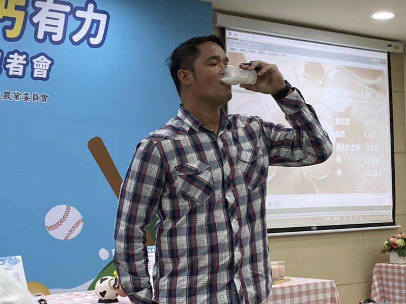 今天是「世界牛奶日」,國民健康署邀請職棒中信兄弟的球星「大師兄」林智勝,一起響應喝牛奶補充鈣質。記者簡浩正/攝影
