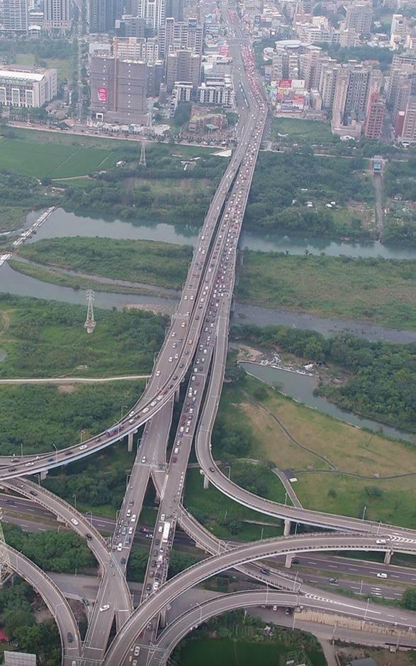 經國大橋為串起竹縣竹北市、新竹市及科學園區主要路廊,近年來新竹縣市交通量大增。圖/新竹縣政府提供