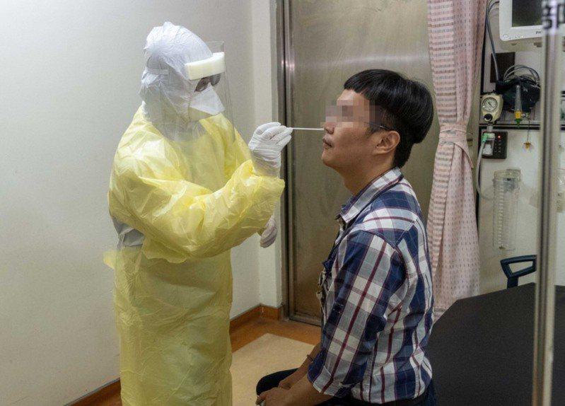 高醫開設新冠肺炎病毒自費檢驗門診,急件當日可取件。圖/高醫提供