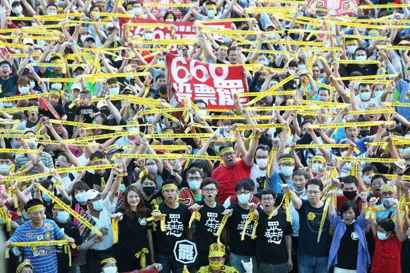 罷免案進入決戰關頭,街頭挺韓、罷韓兩股力量對陣。本報資料照片