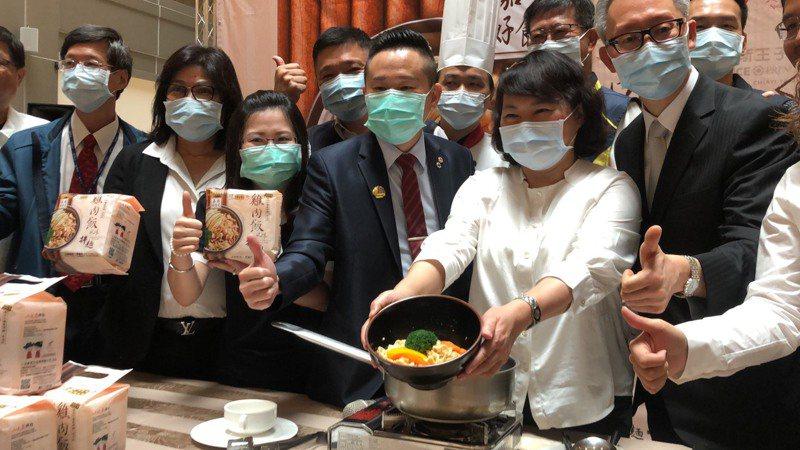 嘉義市長黃敏惠(右二)表示,嘉義市解封暫時沒這麼快。記者李承穎/攝影