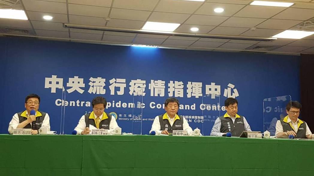 中央流行疫情指揮中心6月1日記者會,第一排從左到右,為中央流行疫情指揮中心疫情監...