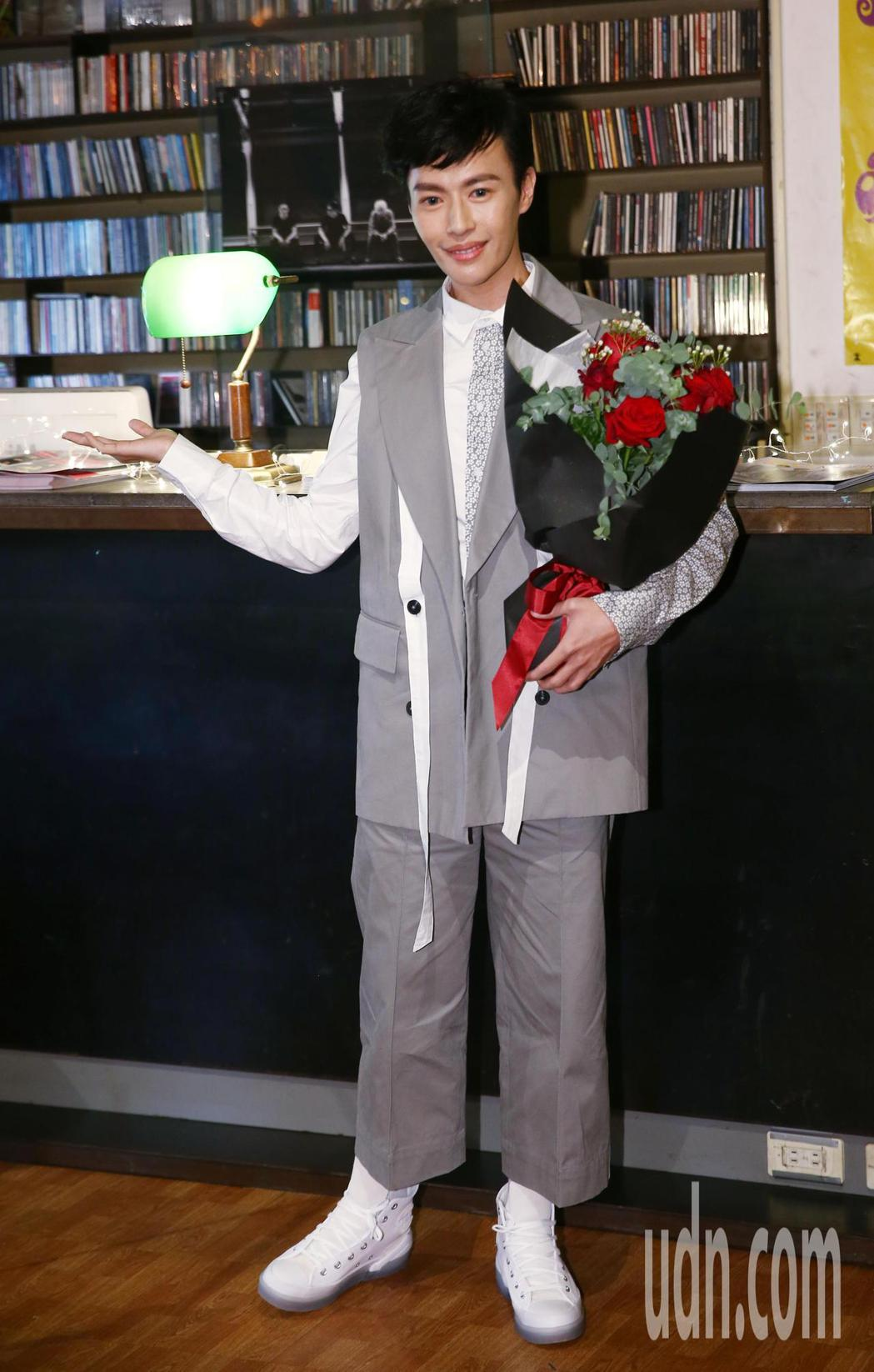 歌手林語菲首張專輯《勇敢綻放》推出,直白道出心路歷程,並希望可以勇敢突破性別上的...