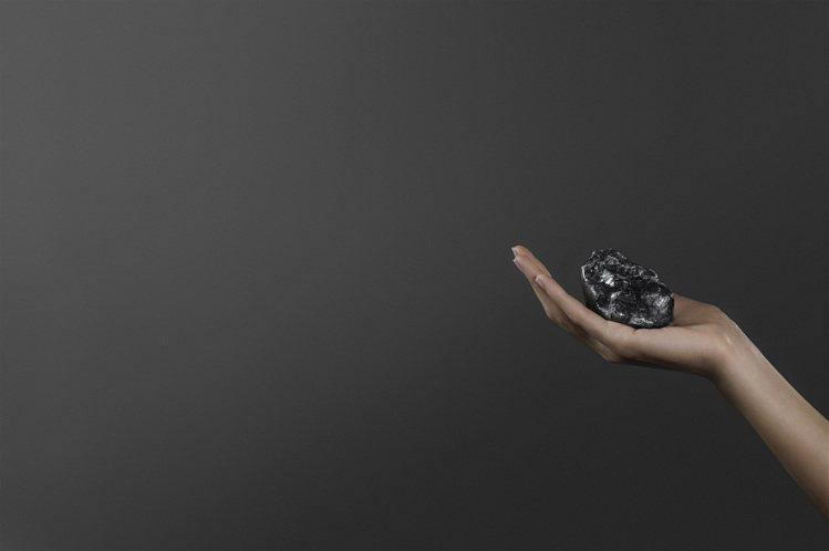 史上第二大的鑽石原石Sewelô尺寸有如一顆網球,將隨LV高級珠寶展現身台灣。圖...