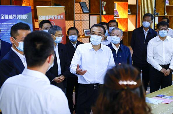 大陸國務院總理李克強今(1)日考察山東煙台藍色智谷,與部分小微企業訪談。照片/中國政府網