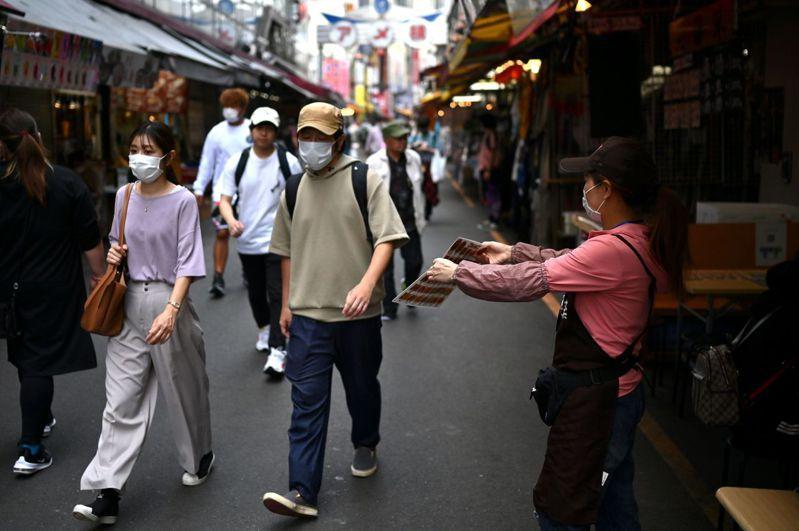 新冠疫情影響日本企業獲利,也連帶影響到民眾消費意願,圖為5月27日向來充滿庶民經濟活力的東京上野區人潮稀疏景象。法新社
