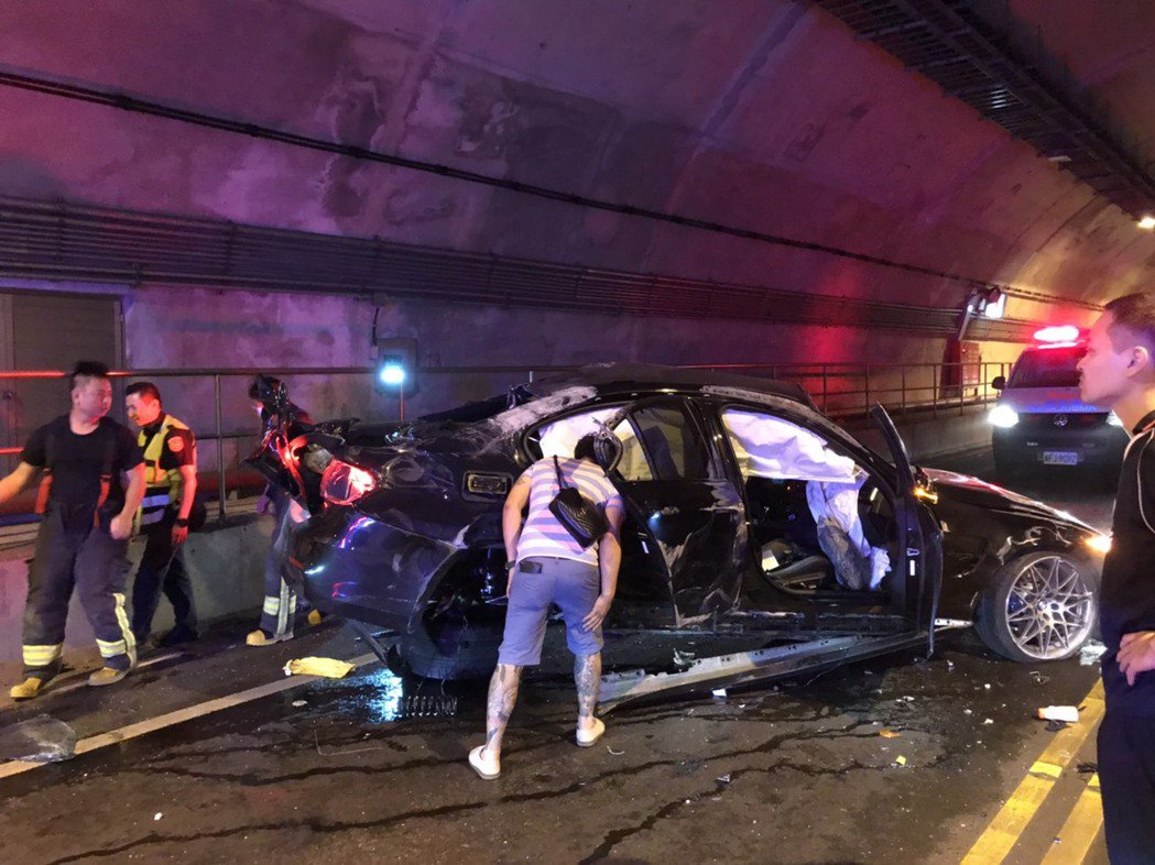 多輛BMW跑車駕駛人涉嫌在基平隧道競速,途中3輛跑車發生碰撞,還撞上對向轎車,造...