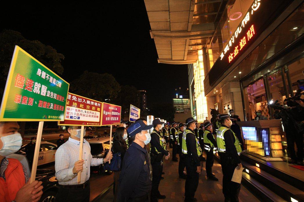 台中市的酒店、舞廳「禁」了許久6月1日重新開張,市府仍要求安全社交距離或戴口罩;...