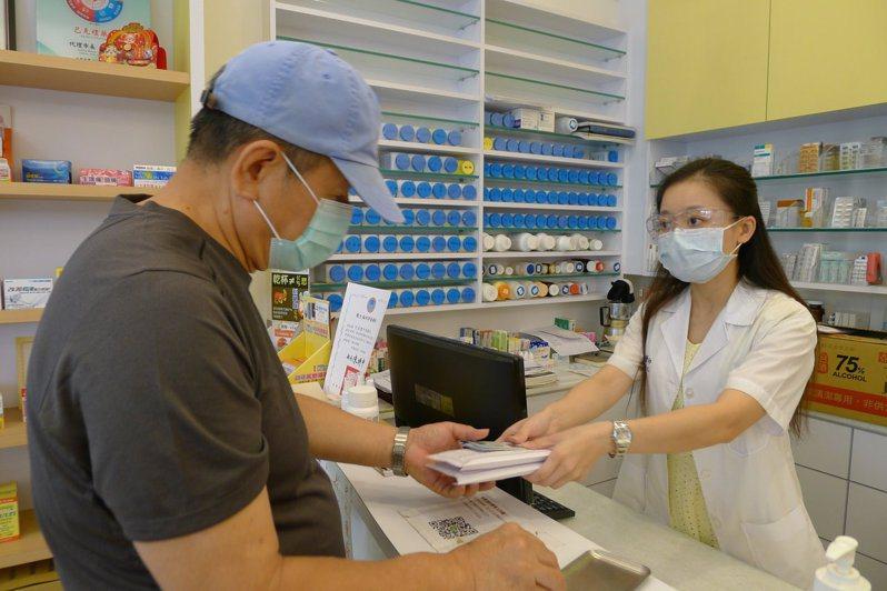 許多藥局今天都接到民眾要買口罩的詢問。圖/台南市藥師公會提供