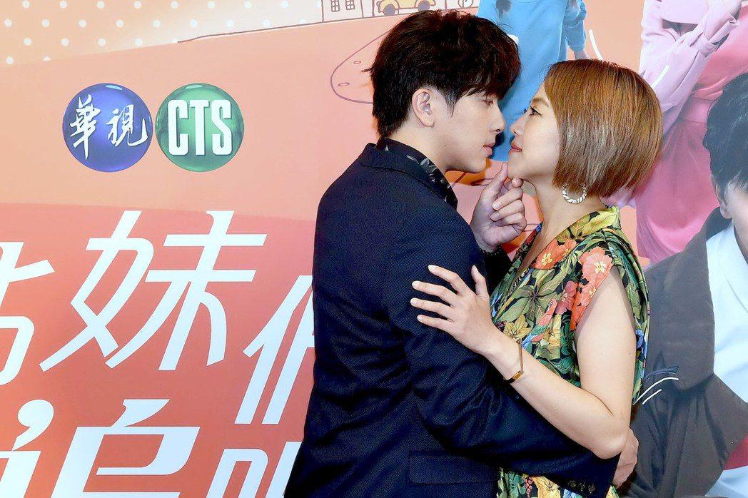 謝坤達(左)、張允曦演親密戲被虧拍成同志劇。圖/華視提供
