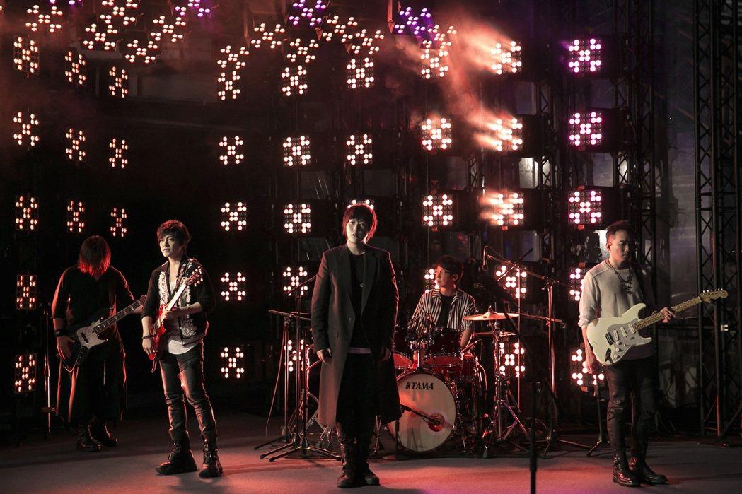 五月天「突然好想見到你」線上演唱會成為YouTube發燒影片冠軍。圖/相信音樂提...