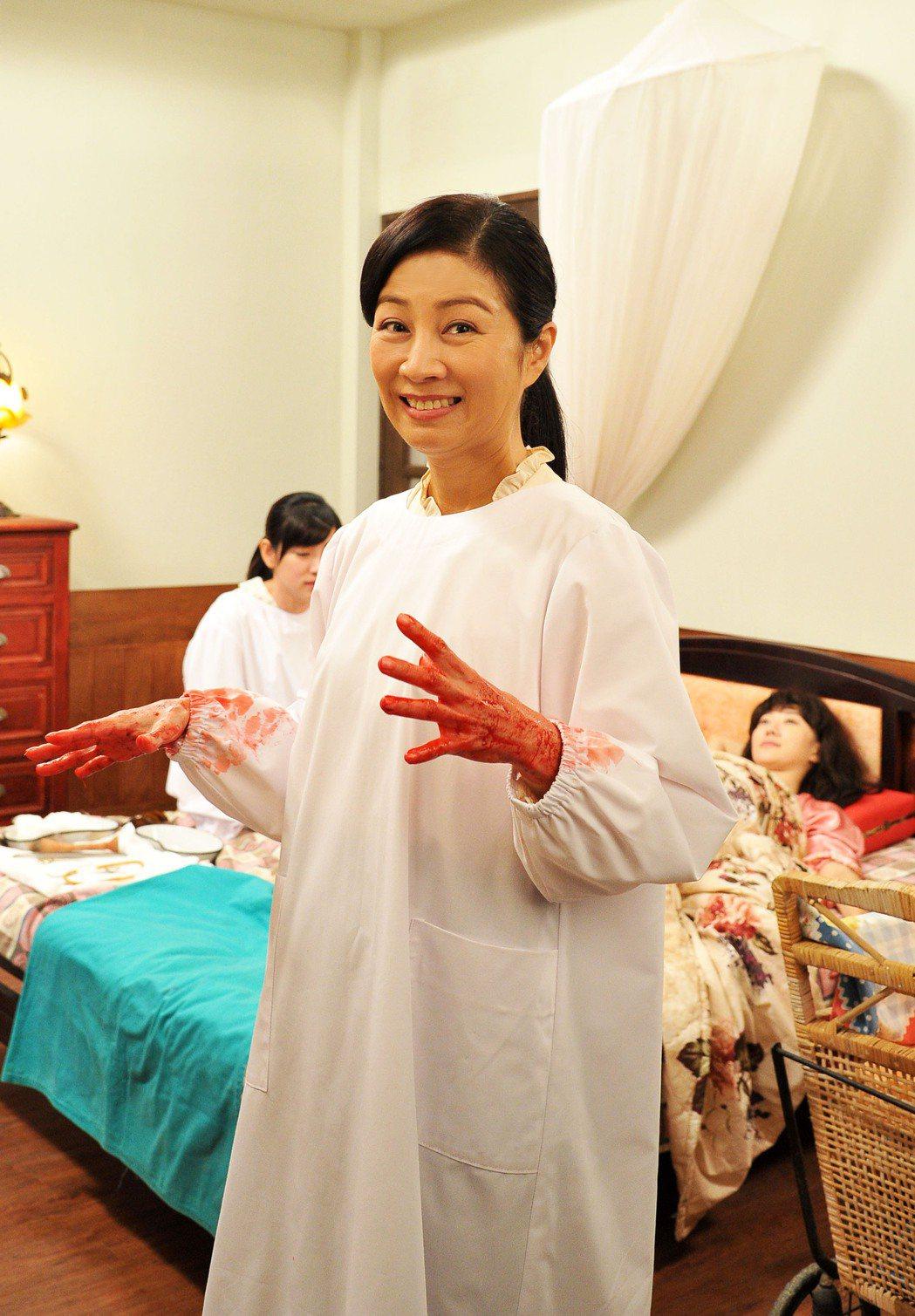 方文琳拍接生戲滿手是血。圖/台視提供