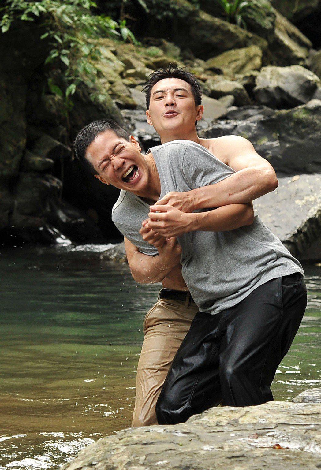 薛仕淩(前)、方大緯溪邊戲水。圖/台視提供