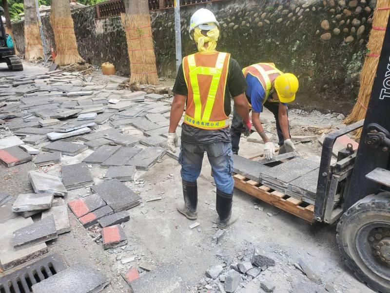 新北市養工處日前改善板橋林家花園人行道,特別把汰換的石板磚移到汐止區康寧路等地使用,讓人行道等工程有不一樣的面貌。圖 / 新北市工務局提供