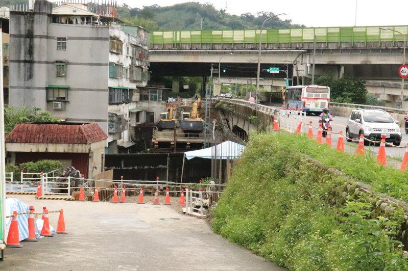 新北市汐止區康寧街751巷至連峰街車道拓寬工程預計8月完工,將舒緩27%前往國道的車流量。記者胡瑞玲/攝影