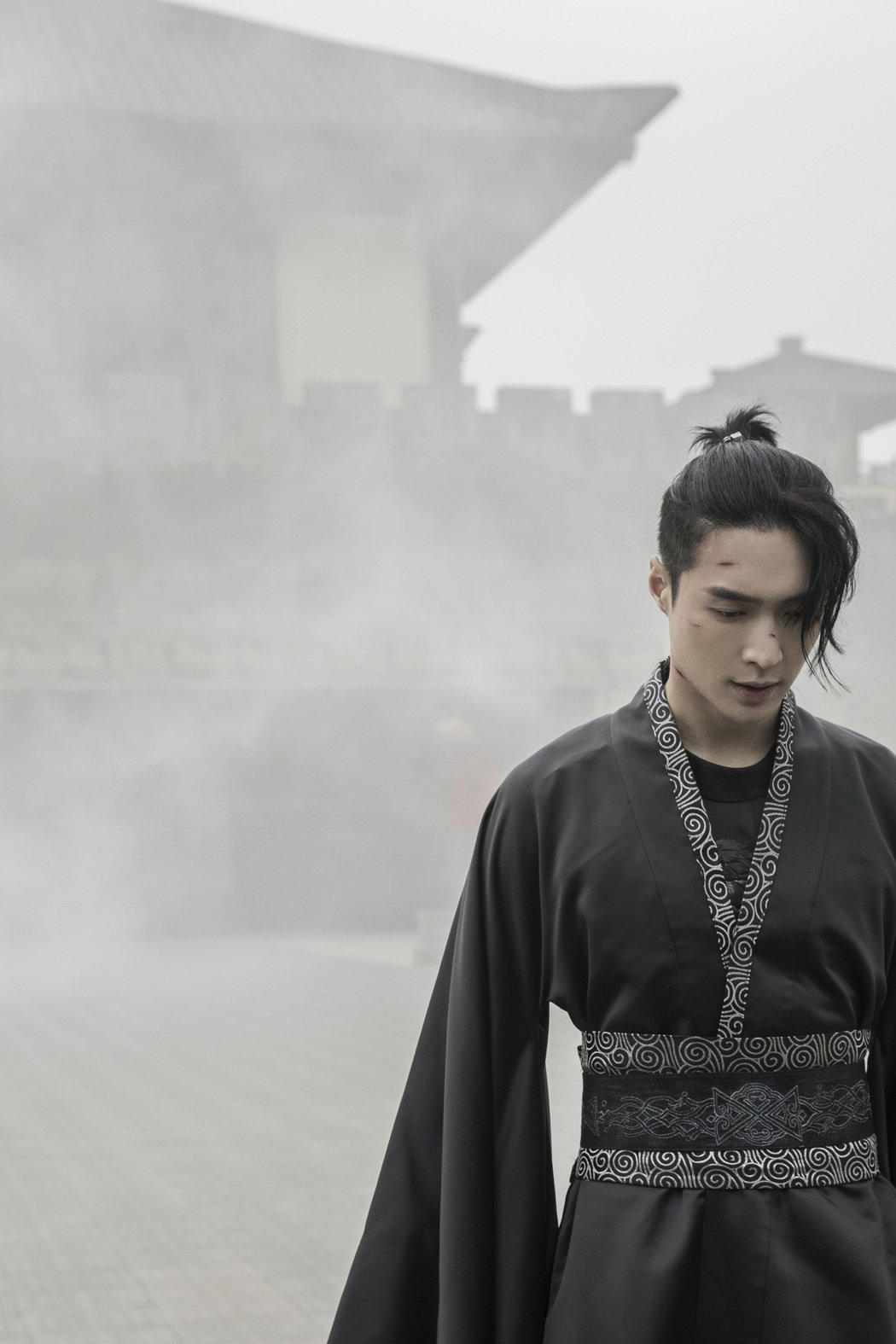 張藝興以古裝扮相拍攝「蓮」MV。圖/張藝興工作室提供